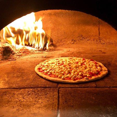 Justino Wood Oven Pizza Logo